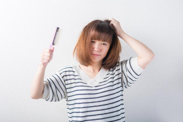 髪ぼさぼさ女性