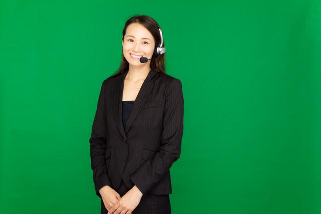 ヘッドセットを装着したコールセンターの女性